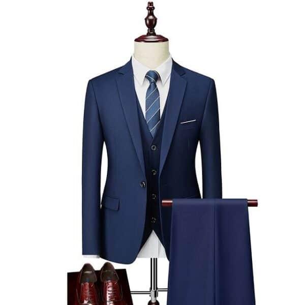 Costume mariage bleu à la mode